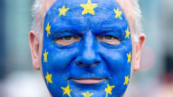 Berlin, 19 mai 2019. Un homme avec le drapeau européen peint sur le visage lors d'une manifestation contre la montée du populisme en Europe