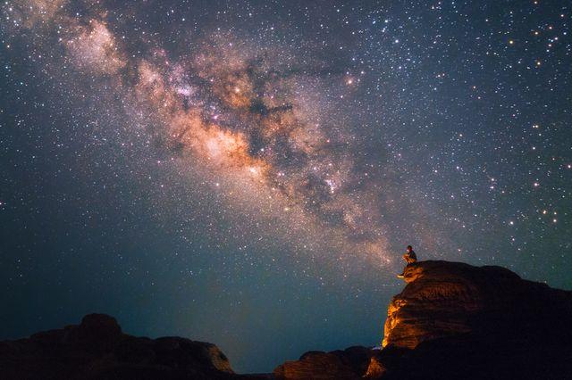 Méditation nocturne en contemplant la voie lactée