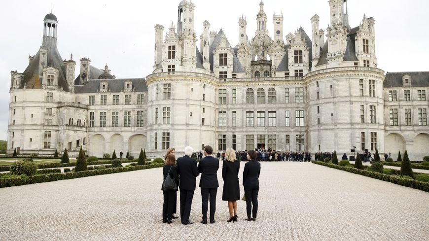 Laura et Sergio Matteralla aux côtés de Brigitte et Emmanuel Macron devant le château de Chambord.