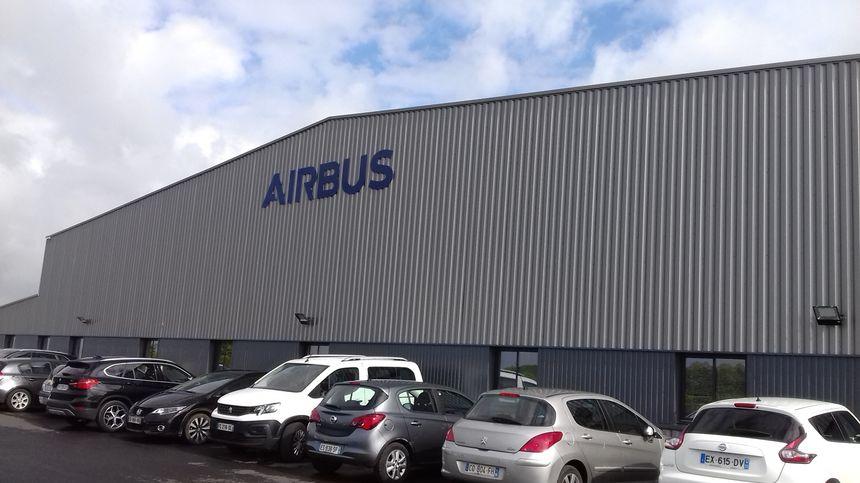 L'école de pilotage est installée actuellement dans un hangar. Elle devrait déménager juste en face en 2022