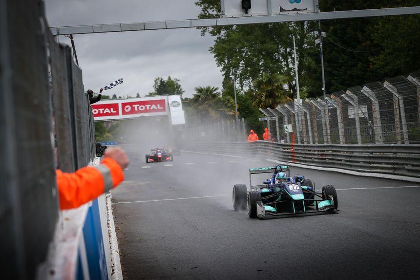 Billy Monger a su rester en piste malgré la pluie. - AFP