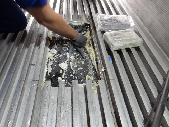 415 pains de cocaïne ont été découverts par les douaniers sous le plancher