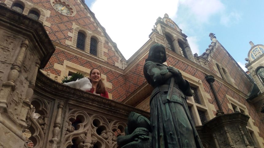 Blandine Veillon devant l'hôtel Groslot d'Orléans
