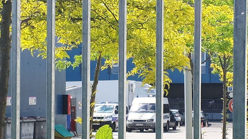 Le camion chargé de drogue a été conduit dans la cour du commissariat de Mulhouse.