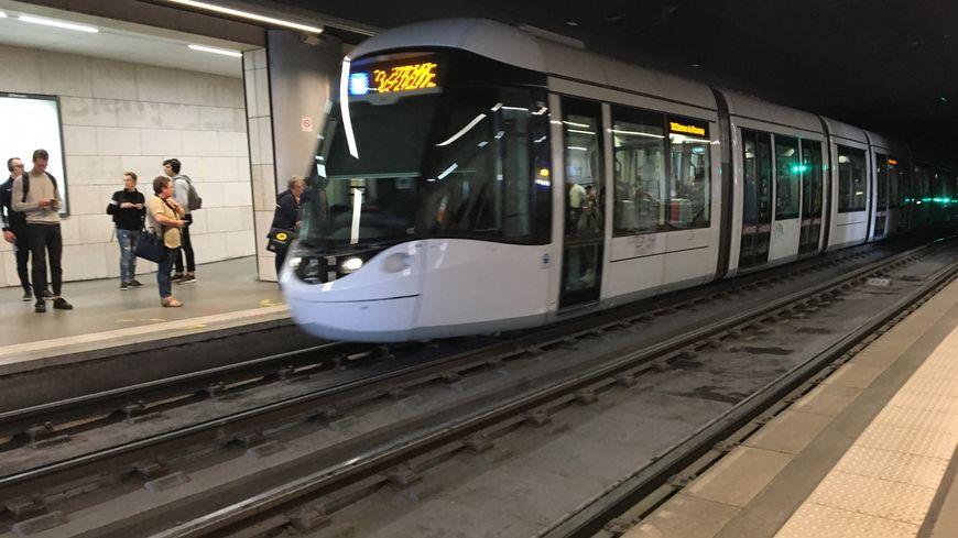 Un tramway à la station Théâtre des Arts à Rouen.