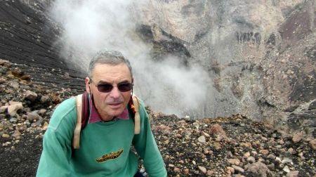 Jacques-Marie Bardintzeff au bord du cratère du Chaparrastique au Salvador