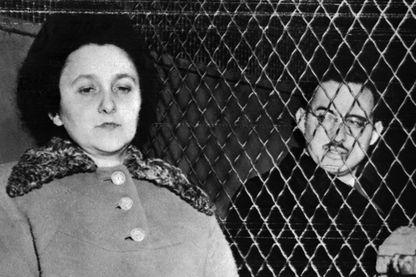 Julius et Ethel Rosenberg sont assis dans un fourgon de police en 1953 à New York peu avant leur exécution pour espionnage. Ils sont devenus les premiers civils américains à être exécutés pour espionnage à la prison de Sing Sing le 19 juin 1953.