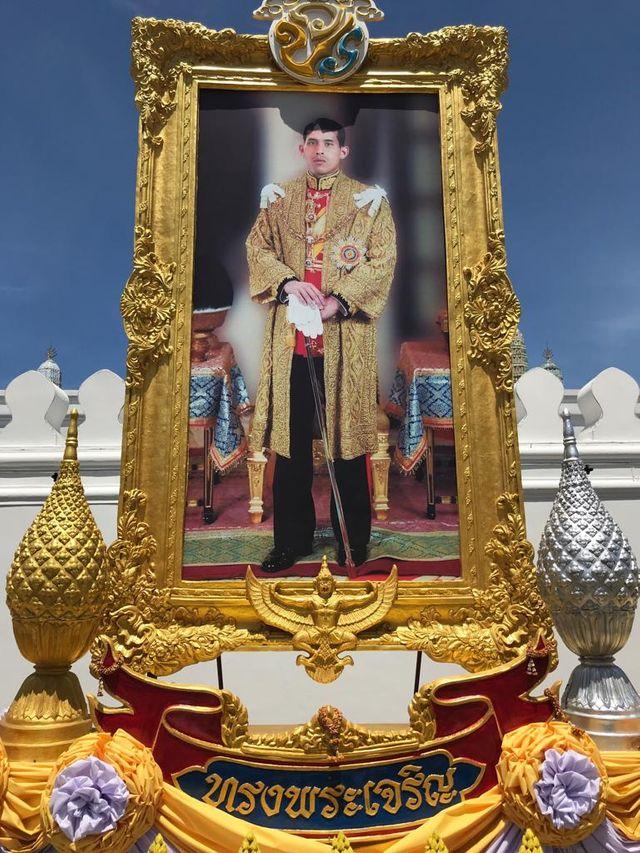 Le roi Rama X en photo devant l'un des sanctuaires de Bangkok.