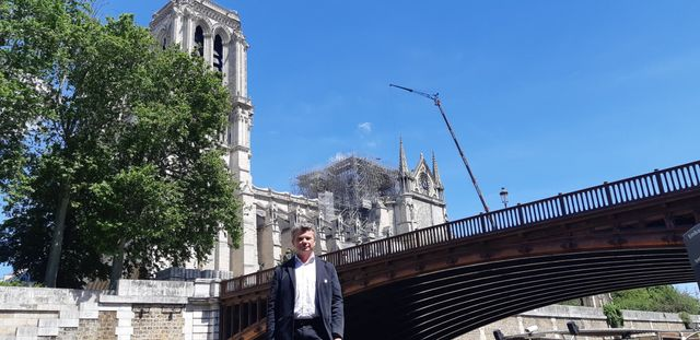 Frédéric Létoffé, co-président du groupement des entreprises des monuments historiques, devant le chantier de Notre-Dame de Paris, un mois après l'incendie