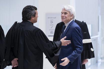 L'homme d'affaires français Bernard Tapie (à droite) s'entretient avec des avocats, le 21 mars 2019, au palais de justice de Paris.