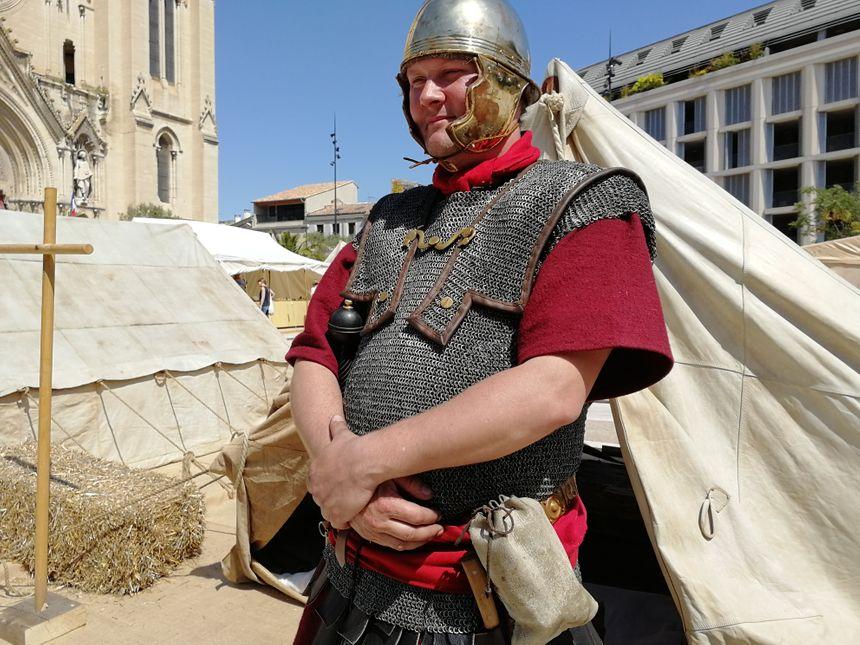 Un légionnaire devant sa tente