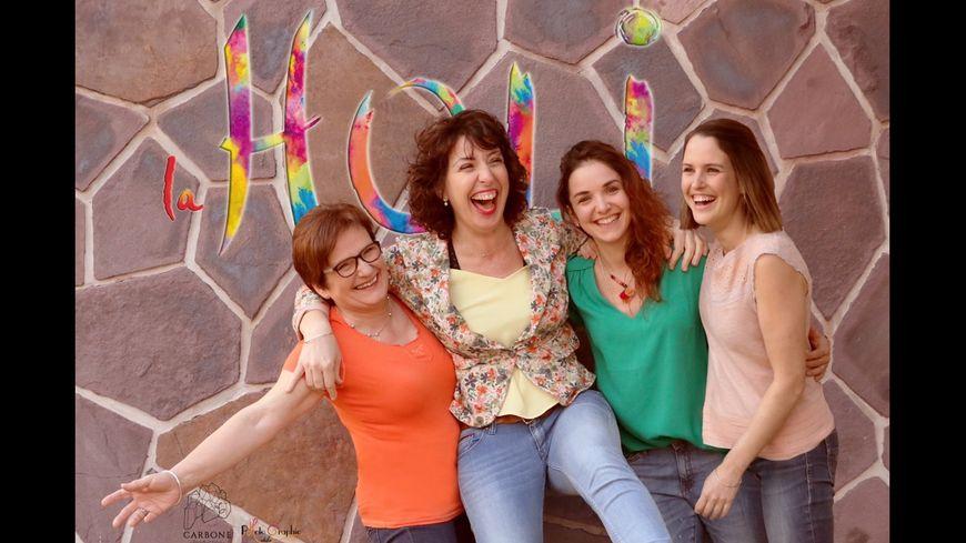 Laure Dandieu avec les filles du bureau de l'association la Holi.