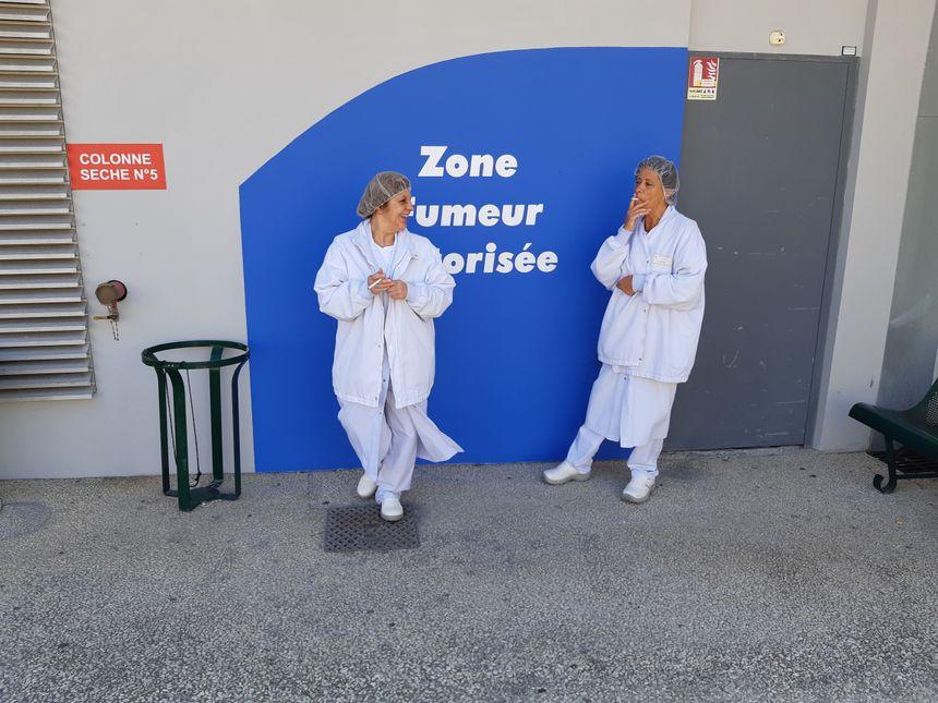 Les personnels de l'hôpital ont déjà pris le réflexe de se rendre dans la zone fumeurs pour leur pause cigarette.