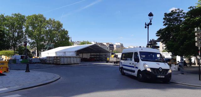 Sur le parvis de Notre-Dame de Paris, un mois après l'incendie