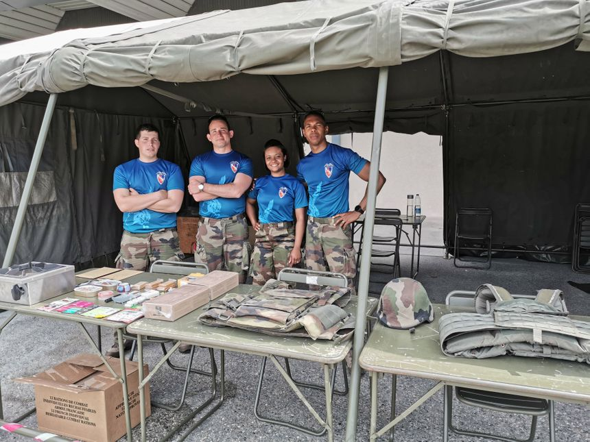Les visiteurs ont pu essayer les gilets par balle que portent les militaires, certains peuvent peser jusqu'à 21kg