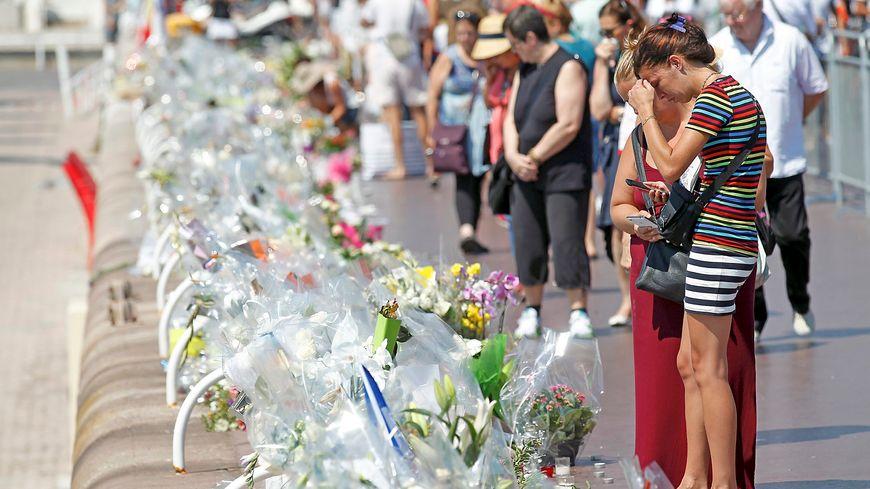 La Promenade des Anglais couverte de fleurs pour rendre hommage aux victimes de l'attentat en 2016