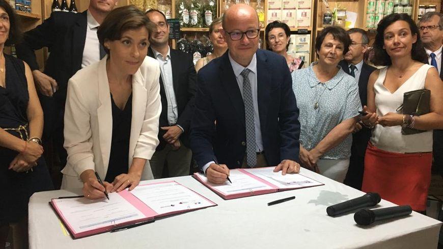 Christelle Dubos, secrétaire d'État, et Jean-Luc Gleyze, président du Conseil départemental de la Gironde, signent la convention État-Département pour lutter contre la pauvreté