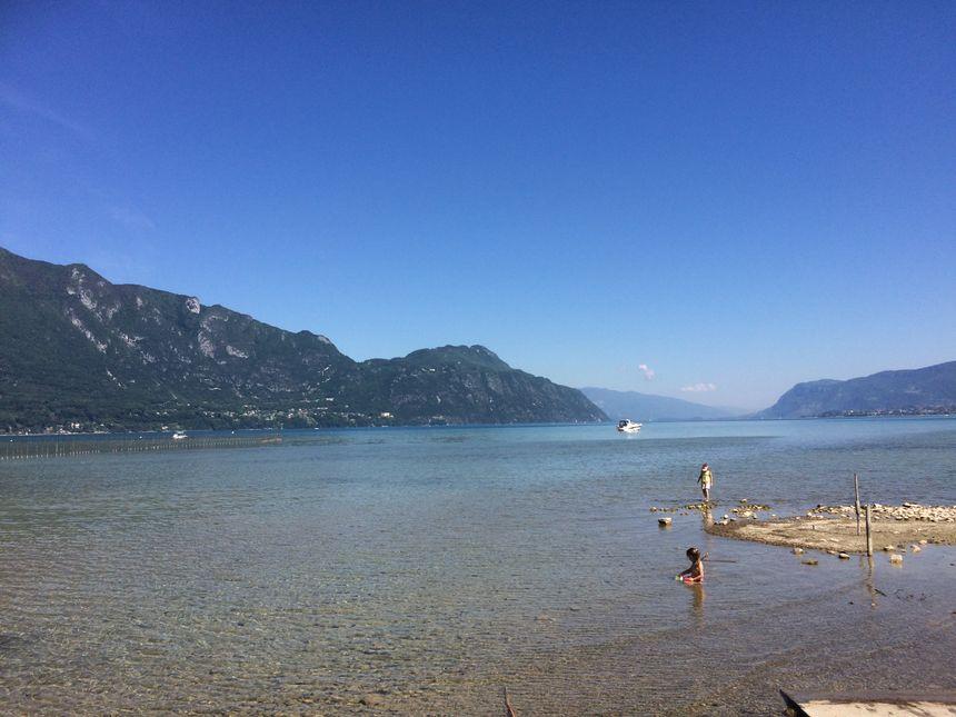 Le bonheur dans l'eau pour les enfants sur les rives du site des Mottets à Viviers-du-lac, Savoie