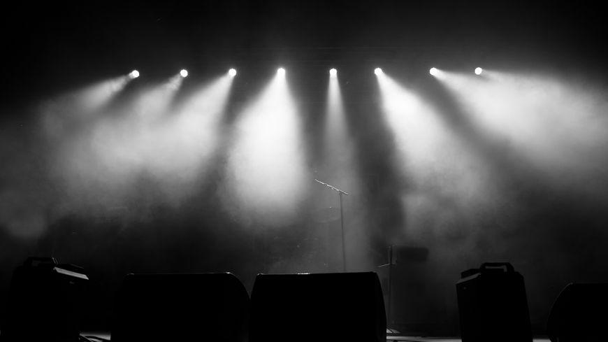 Illustration : musique. Illuminated Lights On Stage At Music Concert - Photos