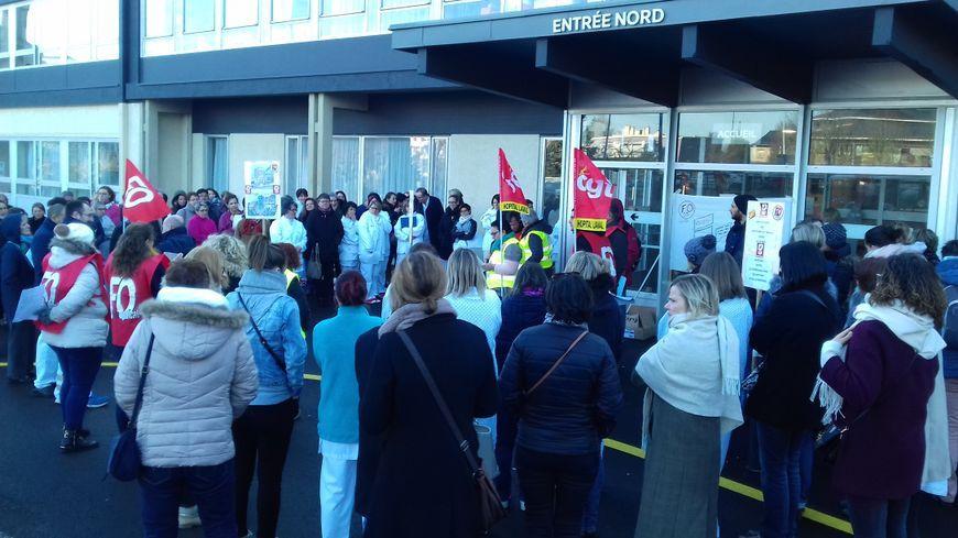 150 salariés s'étaient rassemblés devant l'hôpital de Laval en février 2018 ... déjà ...