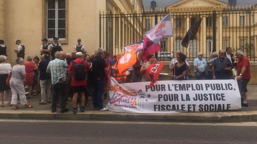Plus de 60 agents des impôts ont manifesté devant la préfecture des Landes à Mont-de-Marsan