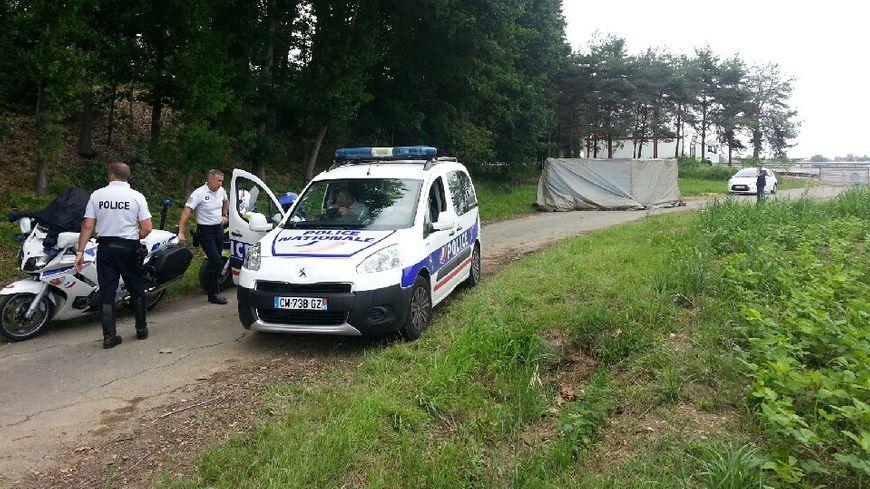 La voiture a été bâchée par la police, en attendant l'identification judiciaire.
