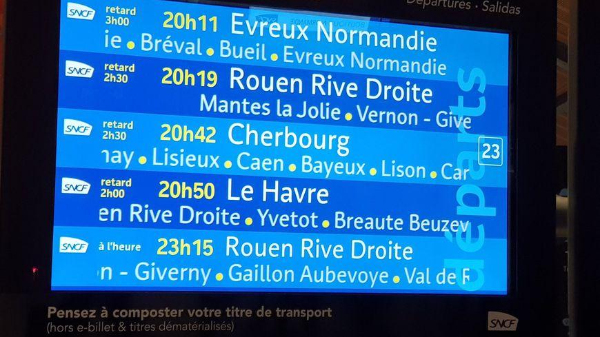 Les panneaux de la gare Saint-Lazare affichaient de gros retards mercredi soir