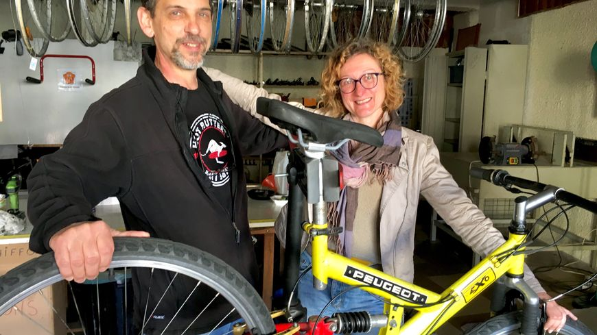 André Batt et Marianne Descazeaux dans l'atelier de l'association Mont2Roues
