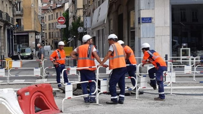 Sur les chantiers du centre-ville de Grenoble les ouvriers ont a fait le plein d'eau et abordent la canicule à venir sans trop d'inquiétude
