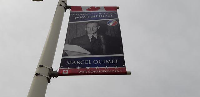 Le visage de Marcel Ouimet affiché dans une rue de Bernières-sur-Mer