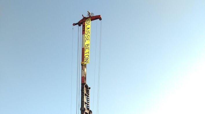 Un vélo a été déposé au sommet de la grue pour dénoncer la construction du parking Ravet à Chambéry.