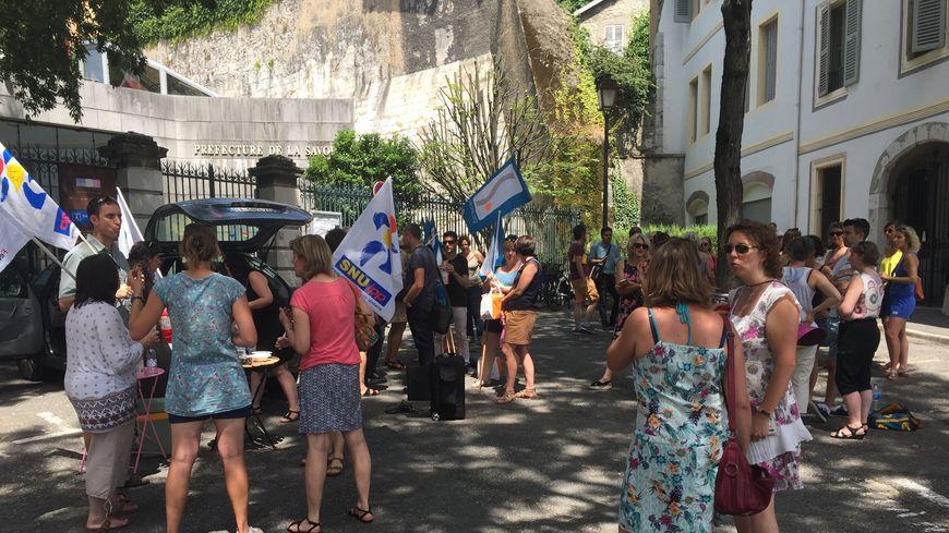La cinquantaine de manifestants réunie devant la préfecture de Savoie à Chambéry ce jeudi