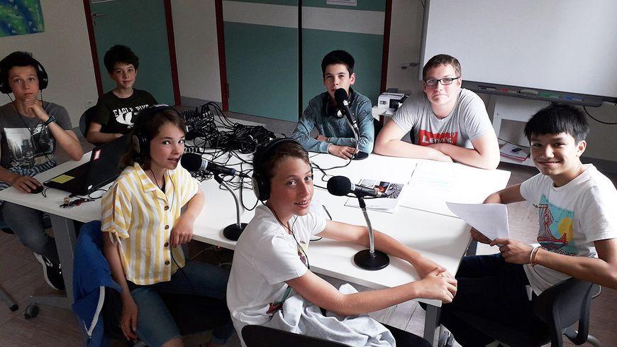 """Des élèves du collège Jacques Brel de Vesoul participent à l'opération """"Mon micro citoyen""""."""