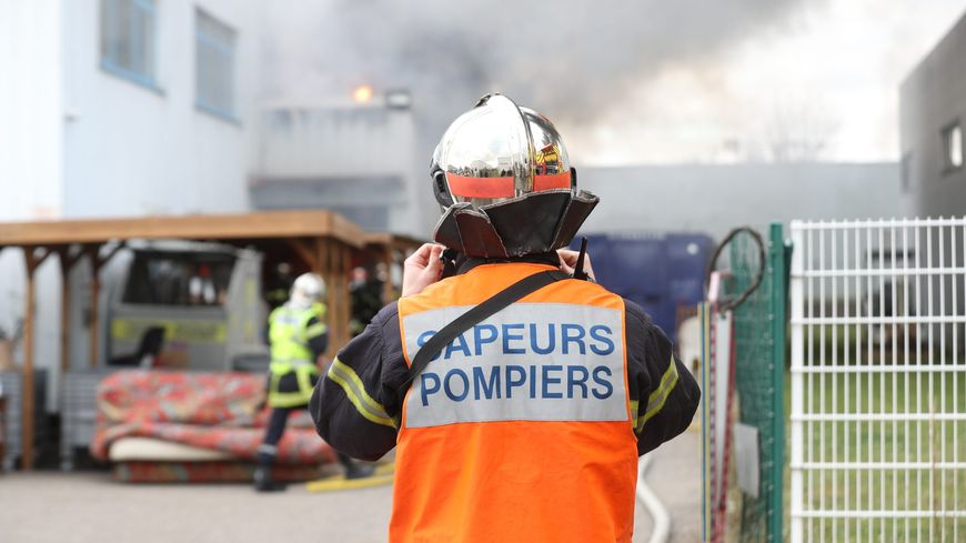 Les sapeurs-pompiers intervenaient pour éteindre un feu de broussailles suite à une querelle de voisinage