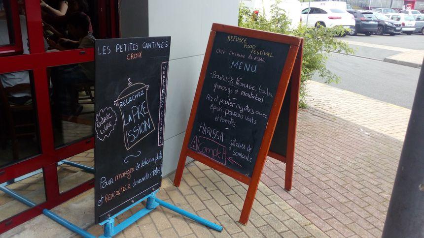 """Le menu du jour à l'entrée des """"Petites cantines"""" de Croix (dans la métropole lilloise), ce mercredi 19 juin, à l'occasion du """"Refugee Food Festival"""""""