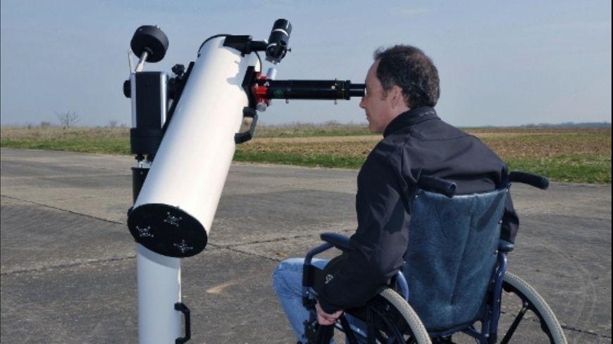 Capture d'écran- L' Handiscope d'Axis Instruments,  adapté pour un usage en fauteuil roulant.