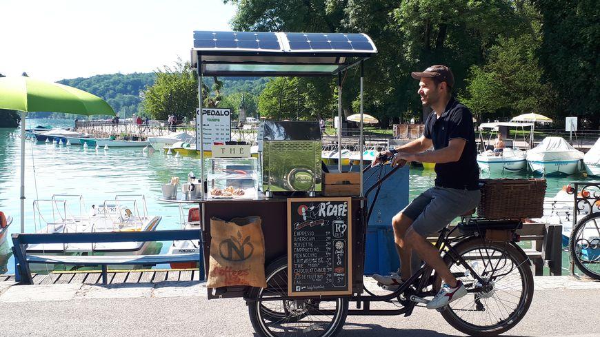 Sur son triporteur, Christophe Hubert vend 150 cafés par jour de beau temps au bord du lac d'Annecy
