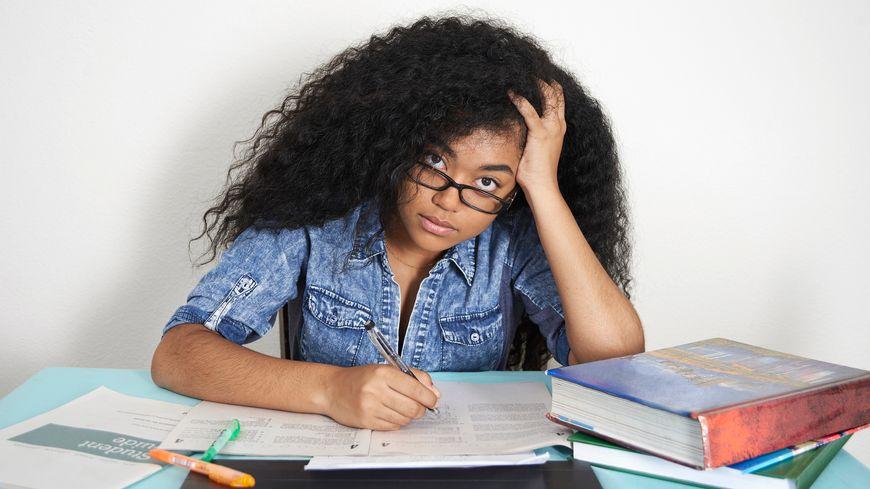 Une adolescente stressée par ses révisions
