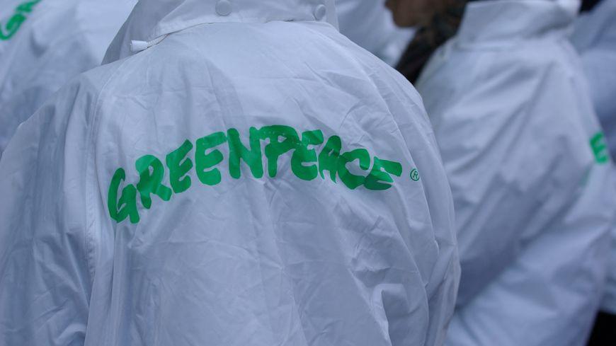L'inscription Greenpeace au dos du blouson d'un manifestant.