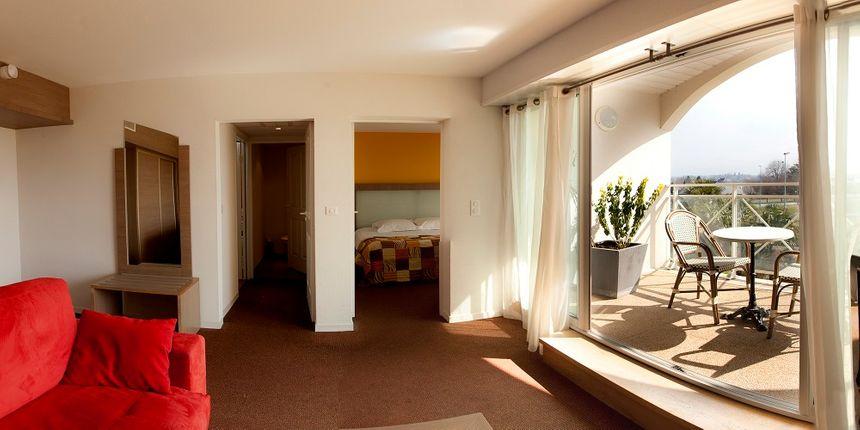 La suite parentale de l'hôtel 4 étoiles Alysson à Oloron avec vue sur les Pyrénées