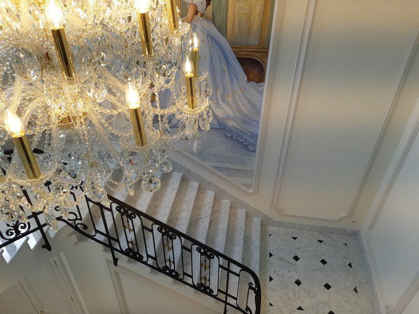 Dans le vestibule, le sol en marbre et des éléments de ferronnerie ont été refaits à l'identique