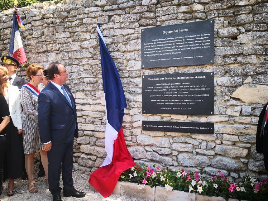 François Hollande dévoile la plaque commémorative à Montségur-sur-Lauzon