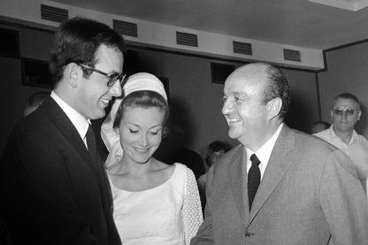 """Le scénariste et réalisateur français Bertrand Blier (à gauche) serre la main de son père Bernard Blier le 20 mai 1963 avant la projection de son film documentaire """"Hitler.... Connais pas ! au 16ème Festival de Cannes"""
