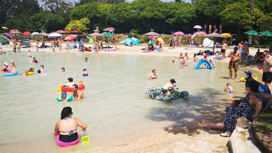 Dans l'eau comme sur la plage, il y avait foule au lac de la Tille