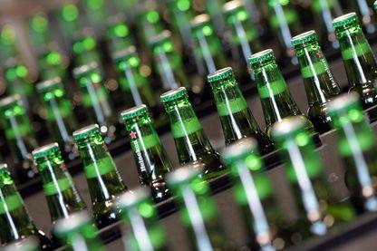 Véritable culte dans certains pays africains, la bière industrielle Heineken cache pourtant un côté obscur.