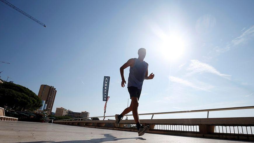 Malgré la canicule, des personnes continuent à faire du sport aux heures les plus chaudes de la journée.