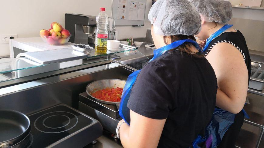 """A l' """"Unité Obésité Enfants Adolescents"""" de Corbie, les jeunes apprennent les bonnes habitudes alimentaires. C'est le seul centre de ce genre en Picardie."""