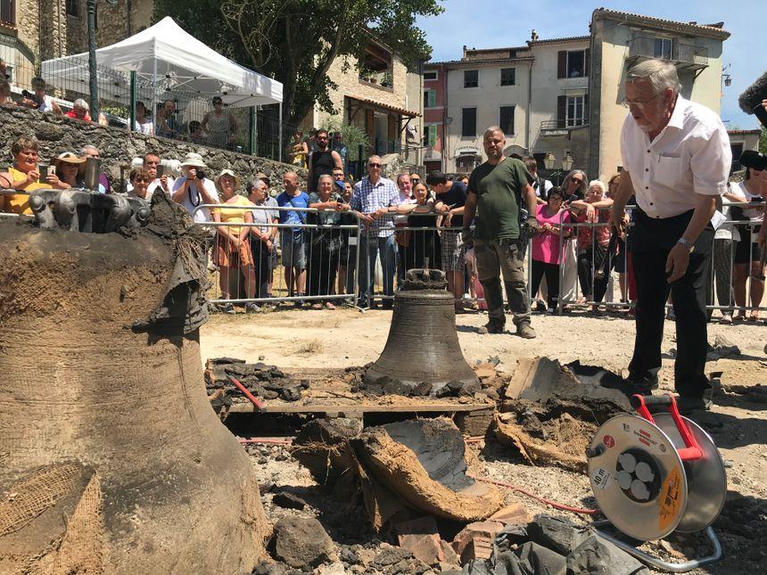 Le maire Pierre Donadey présente à ses administrés les cloches