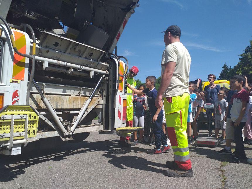 Un camion poubelle est venu spécialement ramasser les déchets ménagers des écoliers de François Jouve à Carpentras.