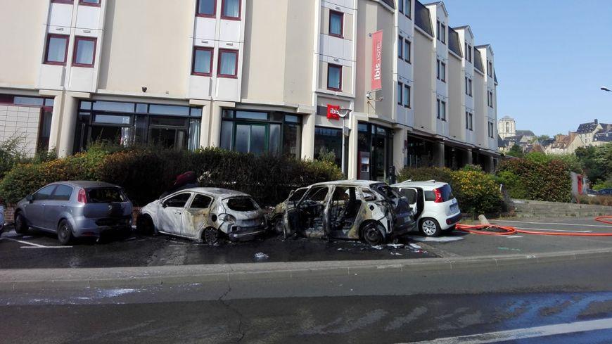Le feu a touché quatre voitures devant l'hôtel Ibis sur les quais du Mans, mais sans atteindre l'établissement
